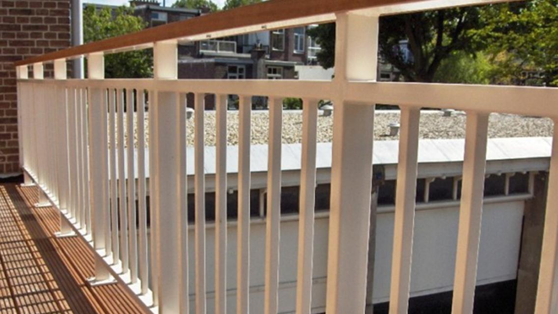 Balkon hekwerk spijlen-houten leuning2